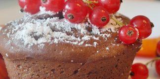 Bolo de chocolate, romã e avelãs