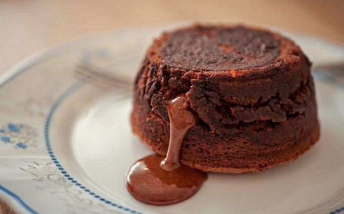 Petit Gateau de chocolate e manteiga de amendoim (vegan e sem glúten)