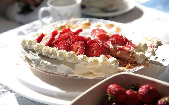 Torta de sorvete com suspiros, framboesas e caramelo