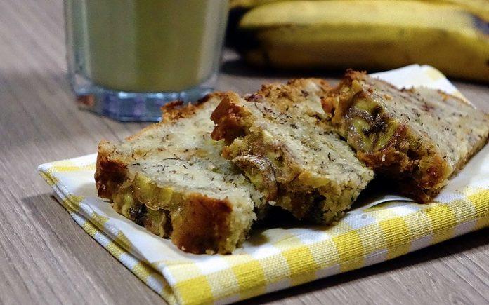 Bolo de banana com avelãs e leite condensado