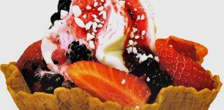 Taça de bolacha com sorvete e frutos vermelhos