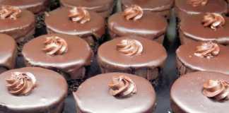 Bolinhos de chocolate com recheio de Manteiga de Amendoim (Vegan)