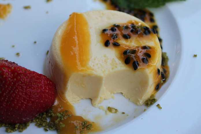 Panna cotta de iogurte e gelatina de maracujá