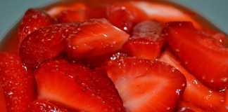Sobremesa de morangos com gelatina