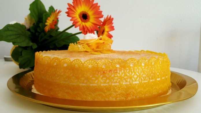 Bolo com cobertura de laranja