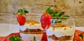 Doce de bolacha, iogurte e morangos