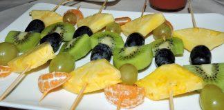 Espetadinhas de frutas e creme de chocolate