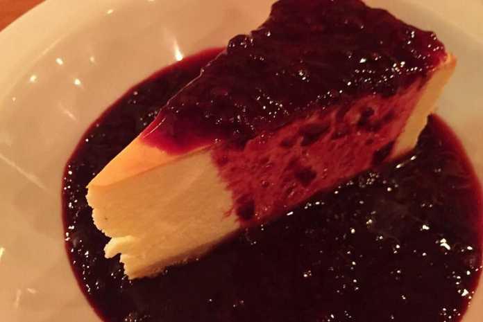 Tarte de queijo e amoras